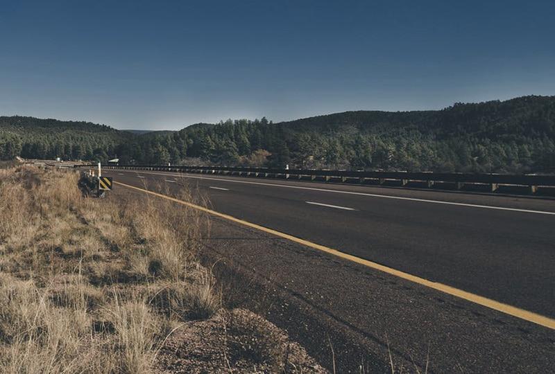 Bande d'arrêt d'urgence sur une route