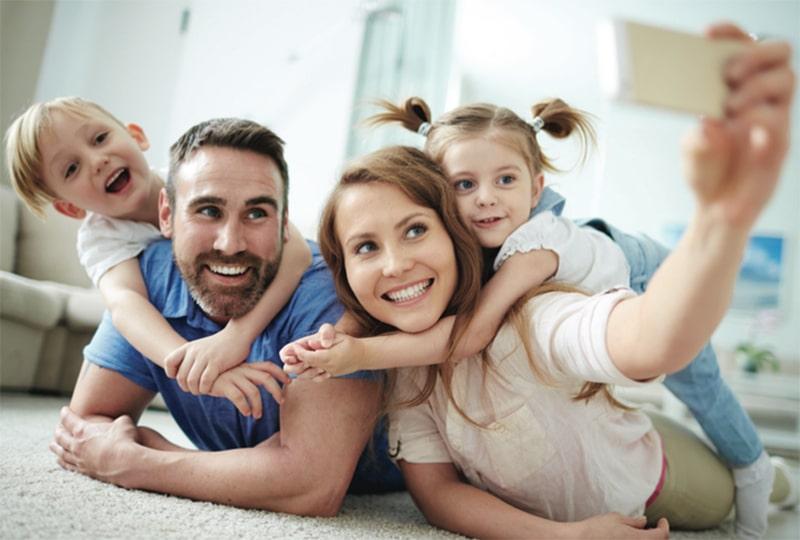 La loi sur les congés familiaux devrait être votée d'ici la fin de l'année et entrer en vigueur en janvier prochain. Voici ce qu'elle prévoit.