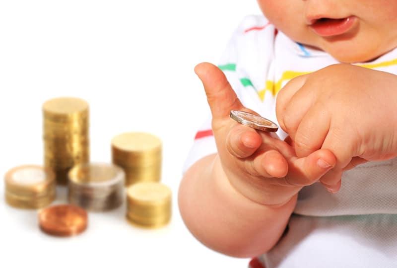bébé qui joue avec de l'argent