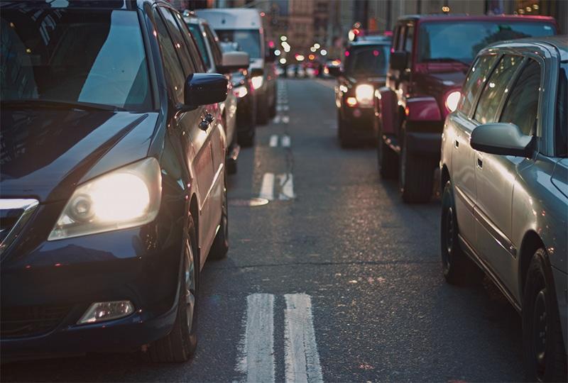 Embouteillages, bouchon sur la route en ville