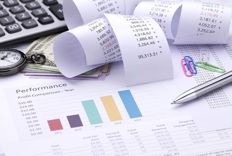 papiers et calculatrice sur un bureau