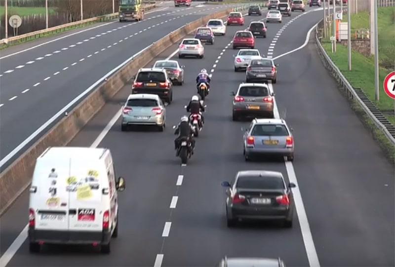 Il faudra attendre avant que les motards puissent légalement passer entre les files de voitures en cas de bouchon