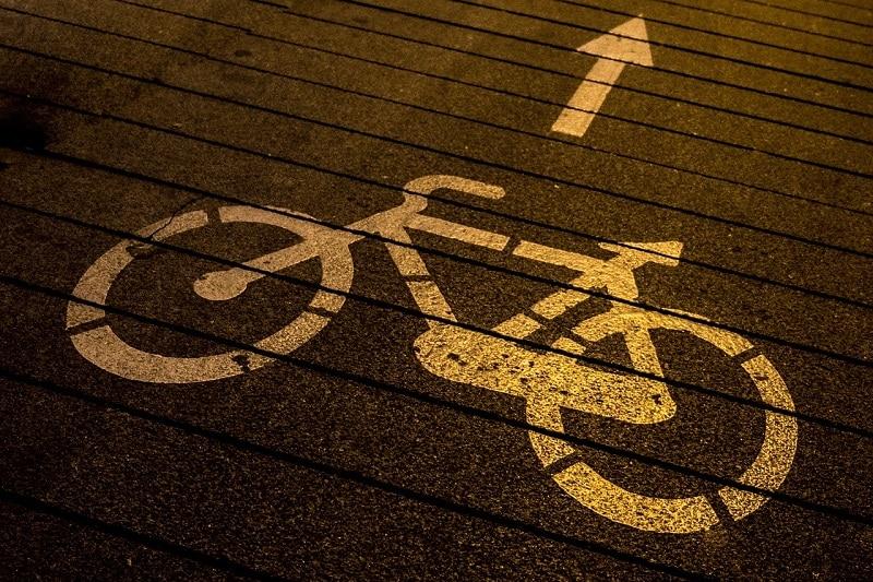 Deux sociétés néerlandaises ont développé une technologie qui recycle le papier toilette usagé en asphalte pour pistes cyclables.
