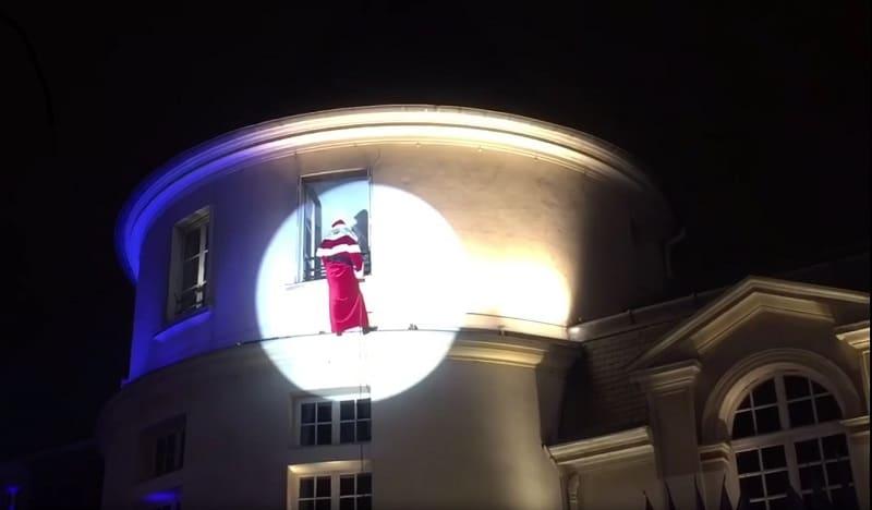 Il voulait descendre en rappel du toit d'un immeuble, pour le plus grand plaisir des enfants et des parents. Malheureusement la corde a lâché...